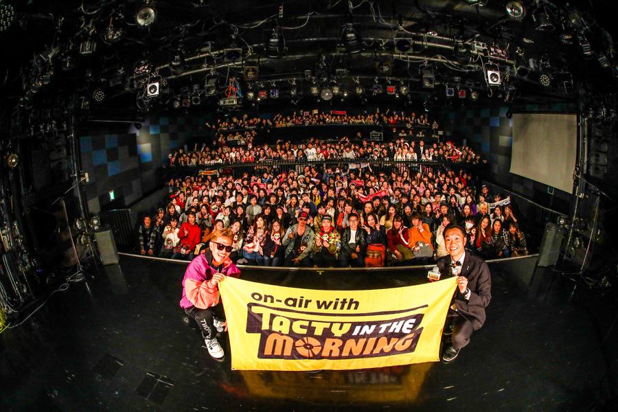 集まったファン300人と記念撮影をするEXILE ATSUSHI(左)とDJの大抜卓人(26日、大阪市内)