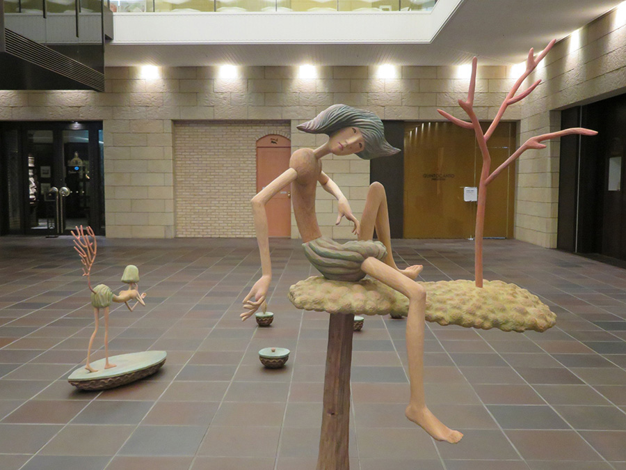「ダイビル本館」1階で展示されている、葉栗里の作品。ビルの空間と絶妙にマッチしている