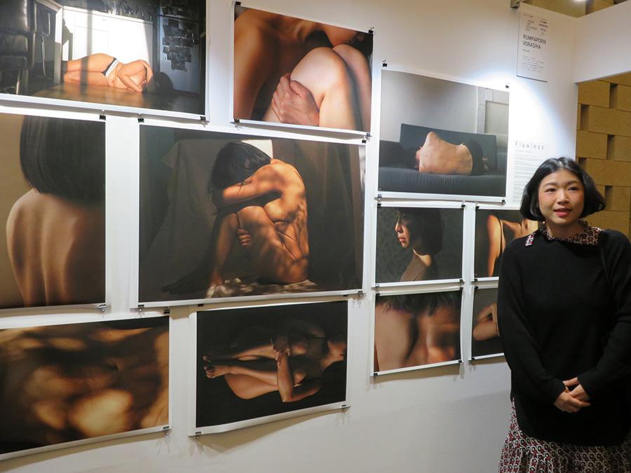 「ダイビル本館」1階で展示されている、身体のコンプレックスをテーマにしたRUMPAPORN VORASHIAの作品と作品を解説する作家本人