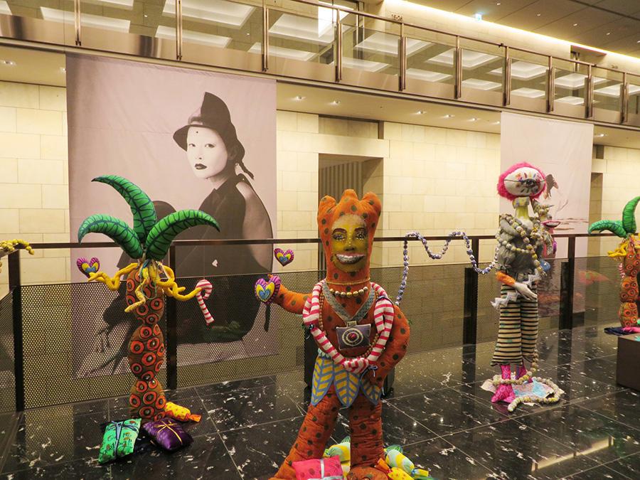 「中之島ダイビル」2階の展示より。手前のはっちゃけた作品は秦まりの、奥の巨大なバナーはAdi Purtaの写真作品