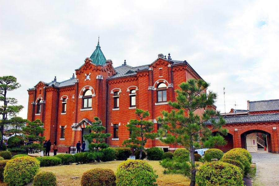 ロマネスクを基調としたモダンな煉瓦壁で統一され、左右対称に整然と配置された建物である旧奈良少年刑務所。工事が完了すれば、日本初の監獄ホテルへと生まれ変わる