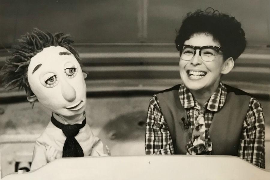 高泉淳子が扮する山田のぼる(右)とパペットの海田およぐ教授