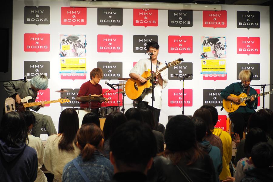 14日に「HMV&BOOKS SHINSAIBASHI」(大阪市中央区)でおこなわれたリリースイベントには、多くの若い女性が集まった