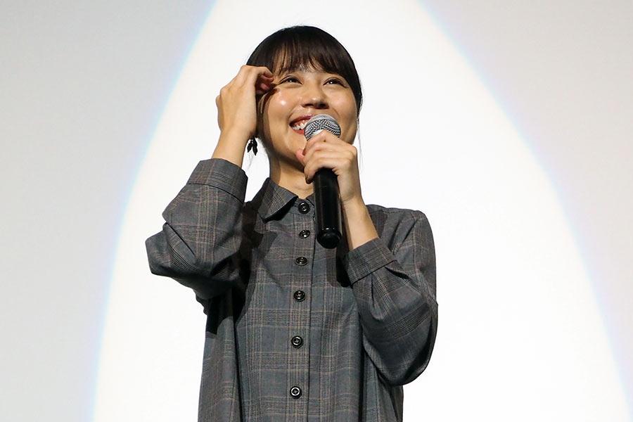 映画『かぞくいろーRAILWAYS わたしたちの出発−』舞台挨拶で笑顔を見せる有村架純(22日・大阪市内)