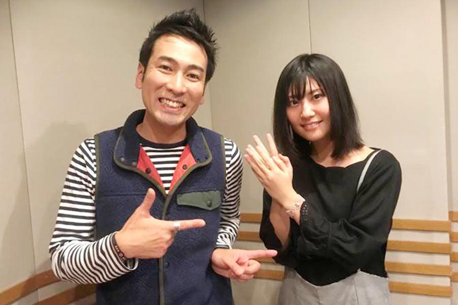 シンガーソングライターの番匠谷紗衣(右)と、DJの西田育弘(27日・α-STATIONスタジオ)