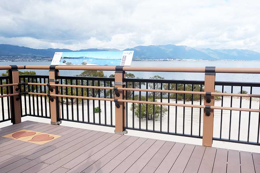 展望台の「びわ湖デッキ」。総工費2.6億円を投じ、約1年かけて完成した