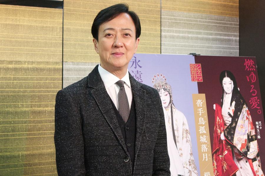 シネマ歌舞伎の最新作について語る坂東玉三郎。桃山時代から続く京都・樂家の茶室や、終演後の歌舞伎座の風景なども収録され、作品の世界観をより体感できる