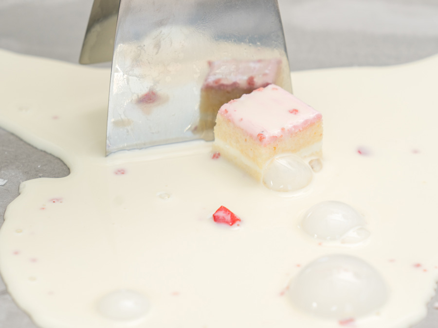 ショートケーキを混ぜ込み、くるくると巻いていく様子
