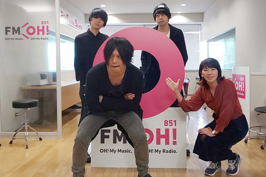 前列がベースの田淵智也、後列左がギターボーカル・斎藤宏介、右がドラムの鈴木貴雄
