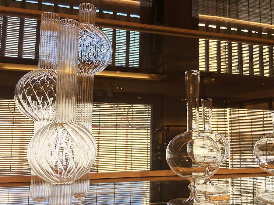 ヴェネツィアのガラススタジオ、ハンズ オン デザインのオブジェは耐熱ガラス製で一輪挿しやキャンドルホルダー、アロマスタンドに使える。10000円~