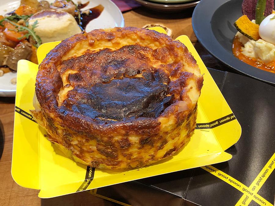 濃厚でとろける「グッドスプーン」のバスクチーズケーキは店内でも食べられるほか、店頭テイクアウトも。4号1800円(税抜)