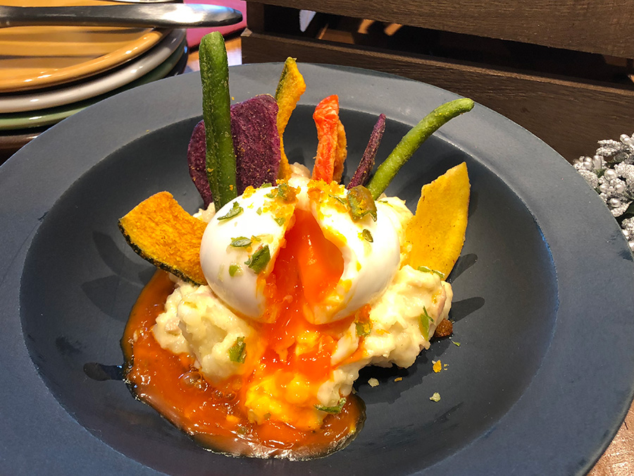 紅玉の半熟卵のポテトサラダ 野菜チップ乗せ734円(税込)