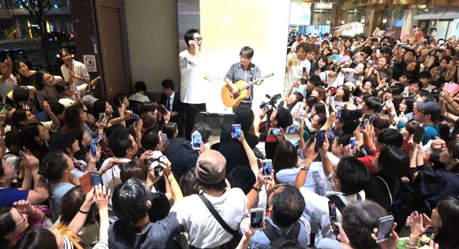 大阪・天王寺の路上でおこなったシークレットライブ 写真提供:MBS