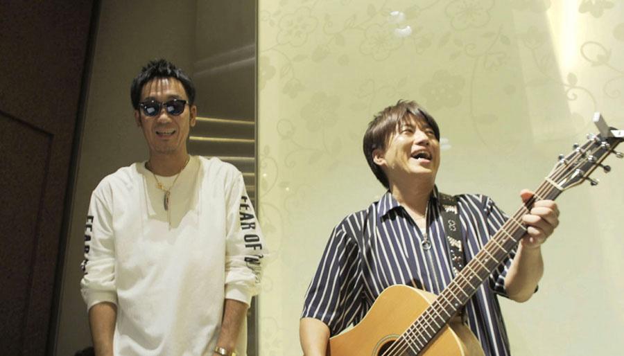 左から黒田俊介、小渕健太郎、ともに1977年生まれ。ストリートライブで出会い、1998年にコブクロを結成。2001年「YELL~エール/Bell」でメジャーデビュー 写真提供:MBS