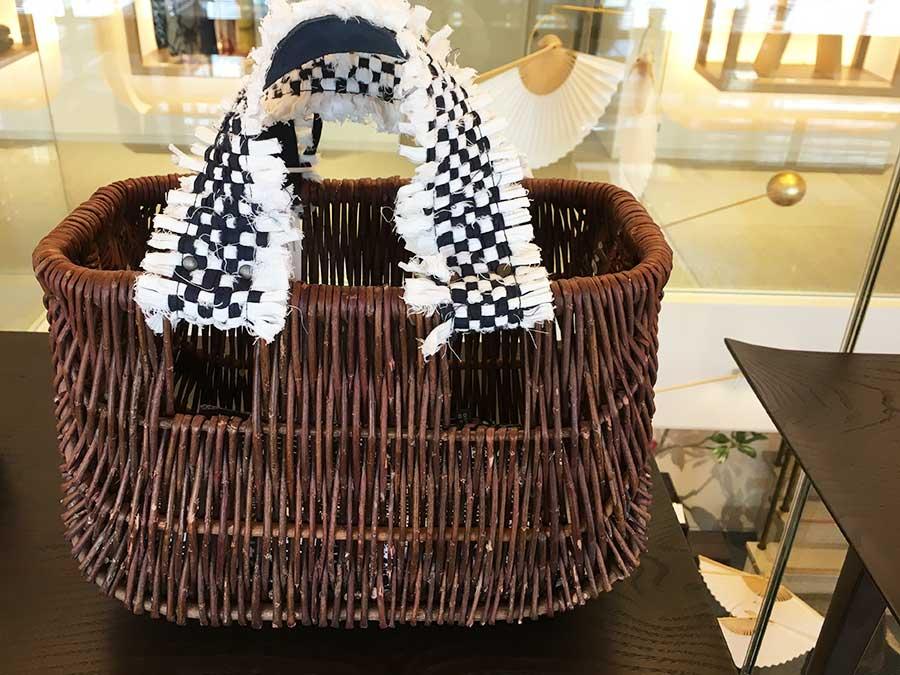 ザルツブルグ出身と京都出身の2名によるブランド、ロサモサ。ハンガリーのバスケットの持ち手にはベジタブルタンニングの牛革やオーストラリアのインディゴ染色のファブリックを使い、なかにはデッドストックの風呂敷が内袋としてセットされている。34000円