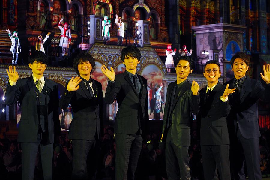 「ユニバーサル・スタジオ・ジャパン」に登場した関ジャニ∞。ファンに手を振ったり飛び跳ねたりと、常にファンサービスをしていた丸山隆平(左から2列目)