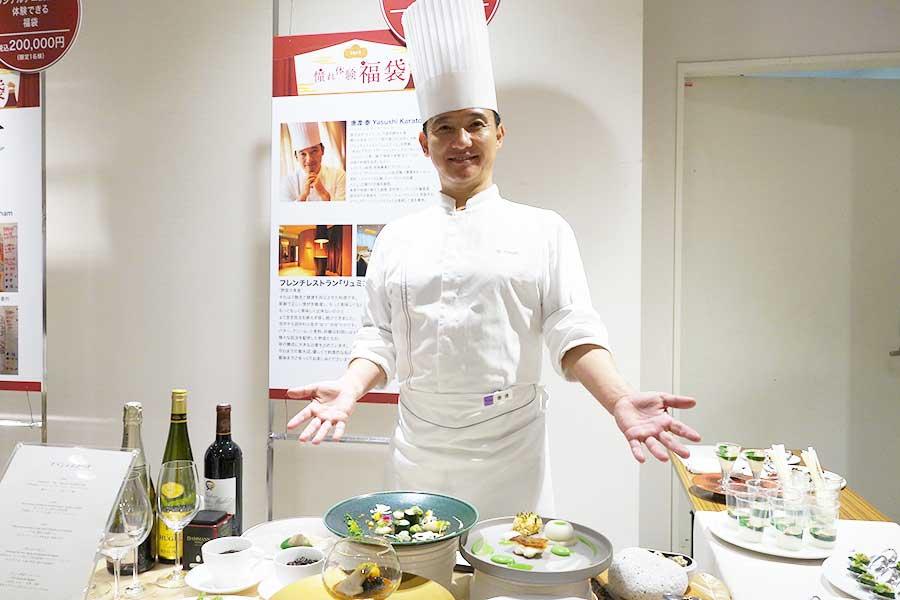 「野菜の美食をご自宅で」と「リュミエール」の唐渡シェフ。料理はもちろん、皿、カトラリー、ソムリエまで準備