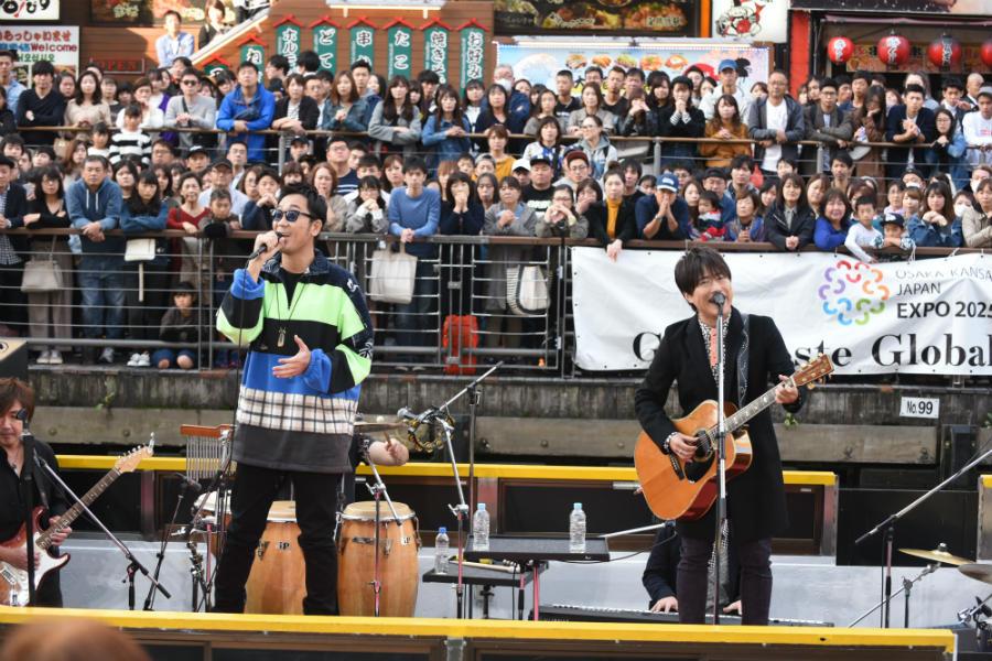 地元・大阪の道頓堀で船上ライブをおこなったコブクロ(11日・大阪市内)