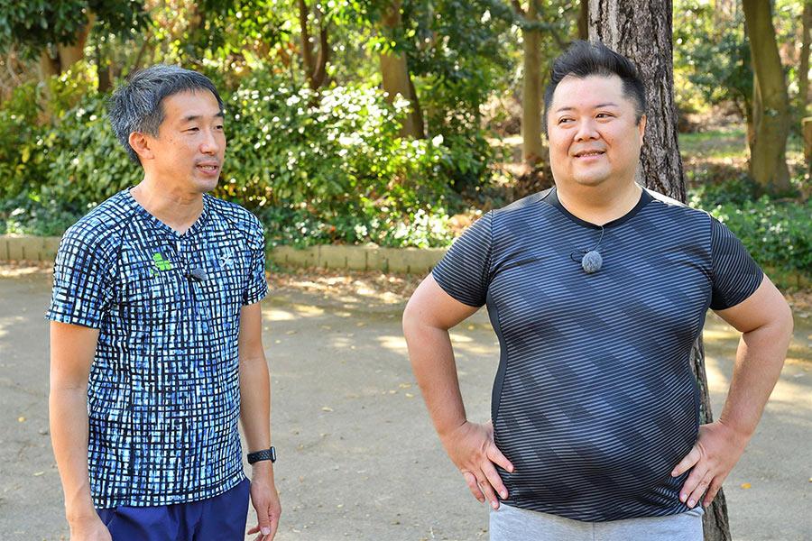 高尾憲司コーチ(左)も「予想していたよりしっかり走れた」と太鼓判(8日・大阪市内)