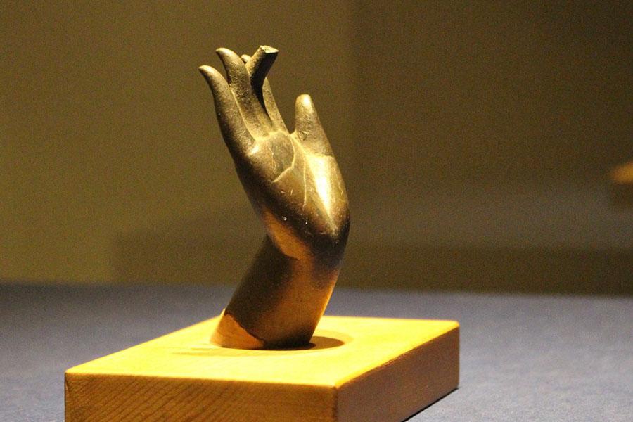 東京文化財研究所の化学分析の結果でも「白鳳時代の金銅仏として矛盾がない」という結果が出たという香薬師像の右手。高さ8.6センチと小ぶりで可愛らしい