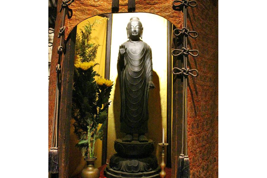 法隆寺の夢違観音像(国宝)、深大寺の釈迦如来倚像(重文)と並び、「白鳳三仏」として知られる新薬師寺の香薬師像のレプリカ。この3像は似通った点が多い事で知られる