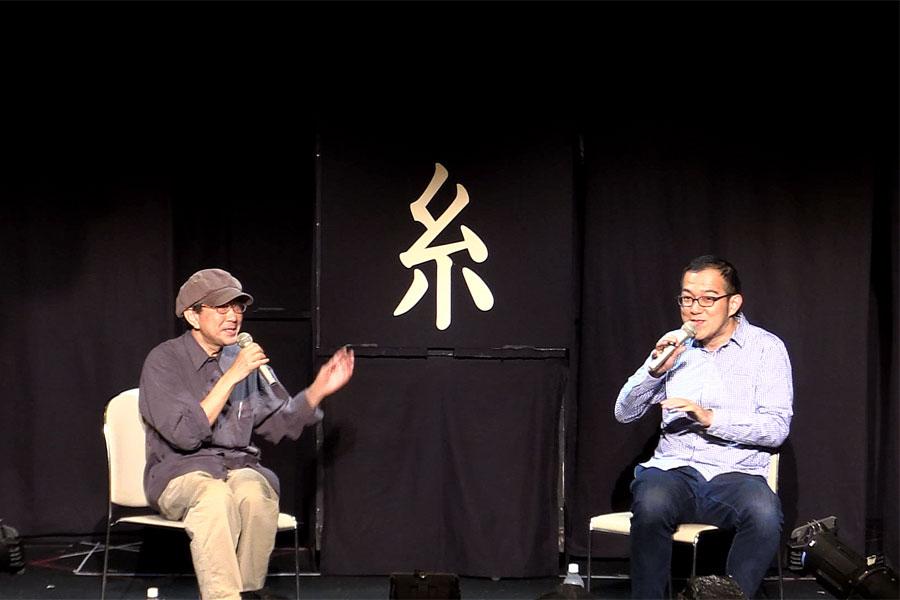 上田誠(右)が天野天街(左)を敬愛するのはもちろん、天野もヨーロッパ企画のファン。2人はお互いの公演でトークゲストに呼ぶなど、仲が良い