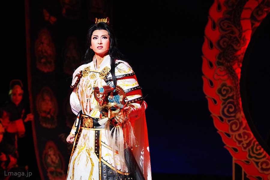 兵士や馬までがその美しさに見とれたという蘭陵王役の凪七瑠海。華やかな仮面を手に、雄々しく戦う