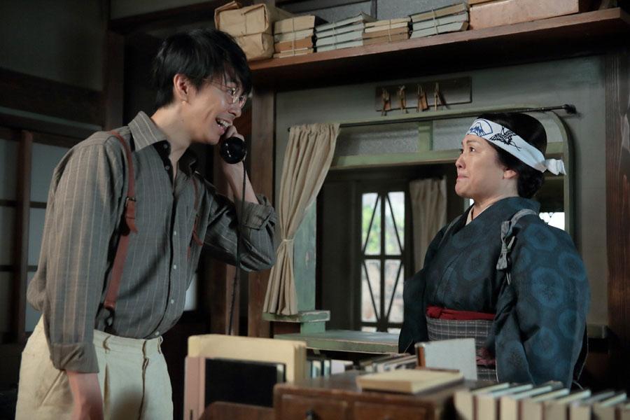 1階事務所にいる萬平(長谷川博己/左)と、その態度に腹を立てる鈴(松坂慶子)