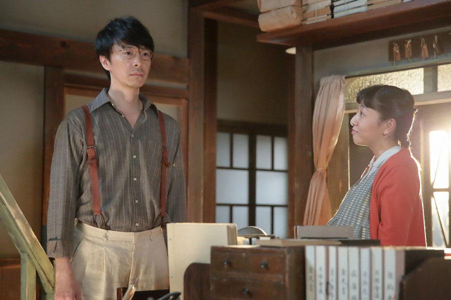 新事業の構想をずっと考えていた萬平(左・長谷川博己)に、「(新しい事業を)何か思いついたんやないですか?」と尋ねる福子(安藤サクラ)