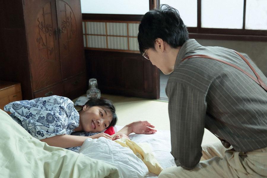 泉大津の自宅2階で、福子(安藤サクラ)と息子のそばから離れない萬平(長谷川博己)