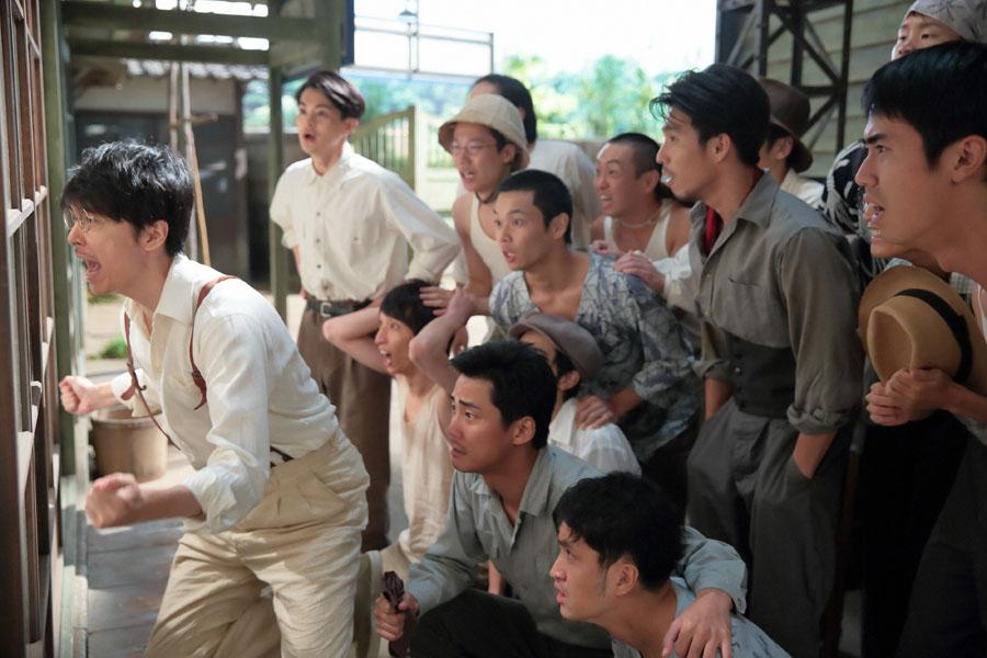 固唾を飲みながらも福子の出産を家の外から力いっぱい励ます、萬平(左・長谷川博己)と神部(瀬戸康史)ら塩軍団の男たち