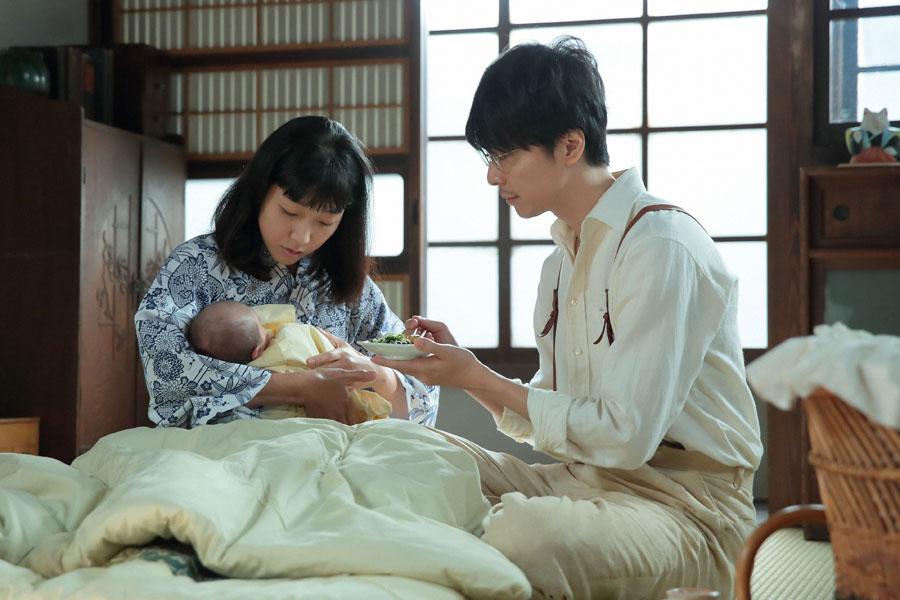 泉大津の家・2階にて、福子(左・安藤サクラ)に食事を食べさせてあげる萬平(長谷川博己)
