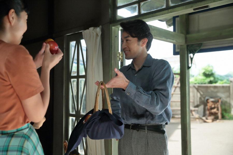 泉大津の自宅にて、「急に思い立ってね」とスモモを片手に訪ねてきた真一(右・大谷亮平)と玄関で迎える福子(安藤サクラ)