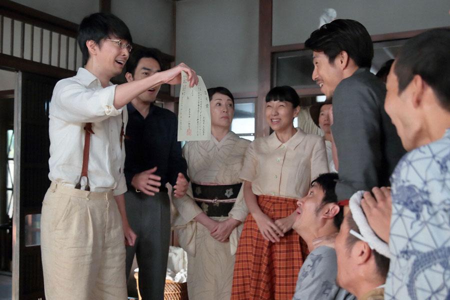ダネイホンを病院に卸せる認可が下り、喜ぶ萬平(左・長谷川博己)。福子(中央・安藤サクラ)ら家族や従業員たちも歓声を上げる