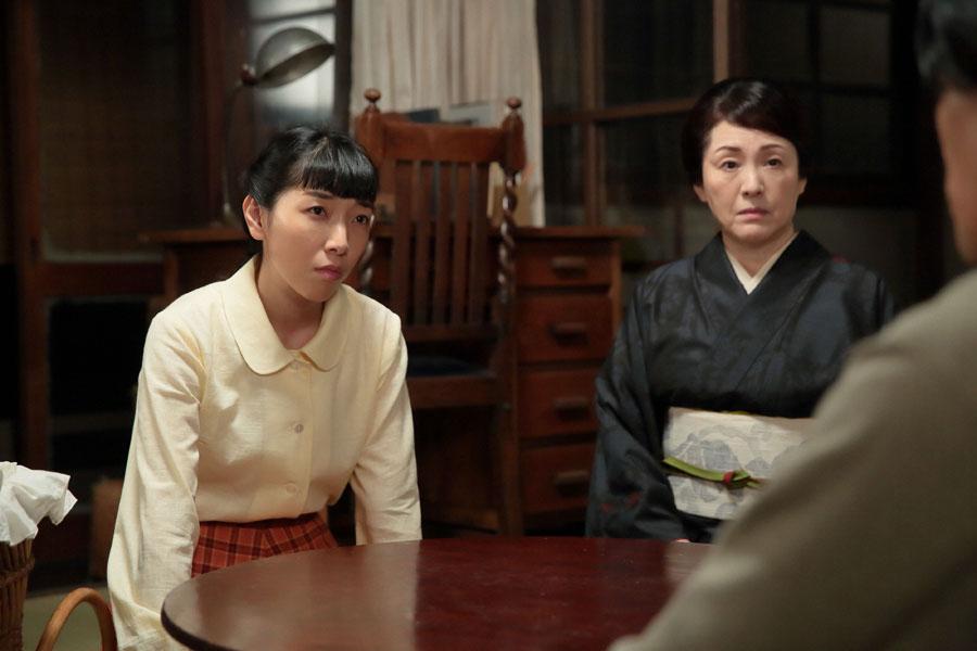 忠彦(右・要潤)から「進駐軍が取り調べを強化している」と聞き、萬平の身を案じる福子(左・安藤サクラ)と鈴(松坂慶子)