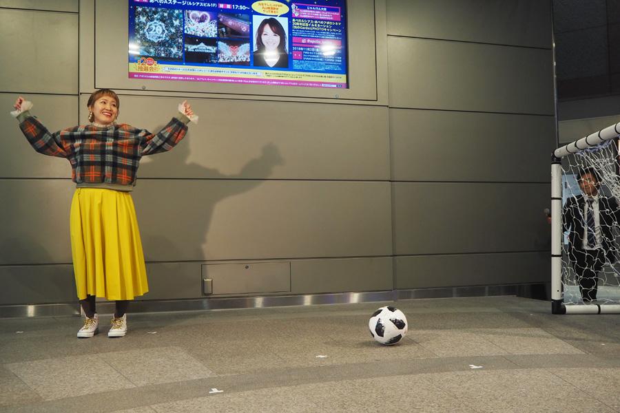 ゴールを決め、観客から「おめでとう!」と声をかけられる丸山桂里奈