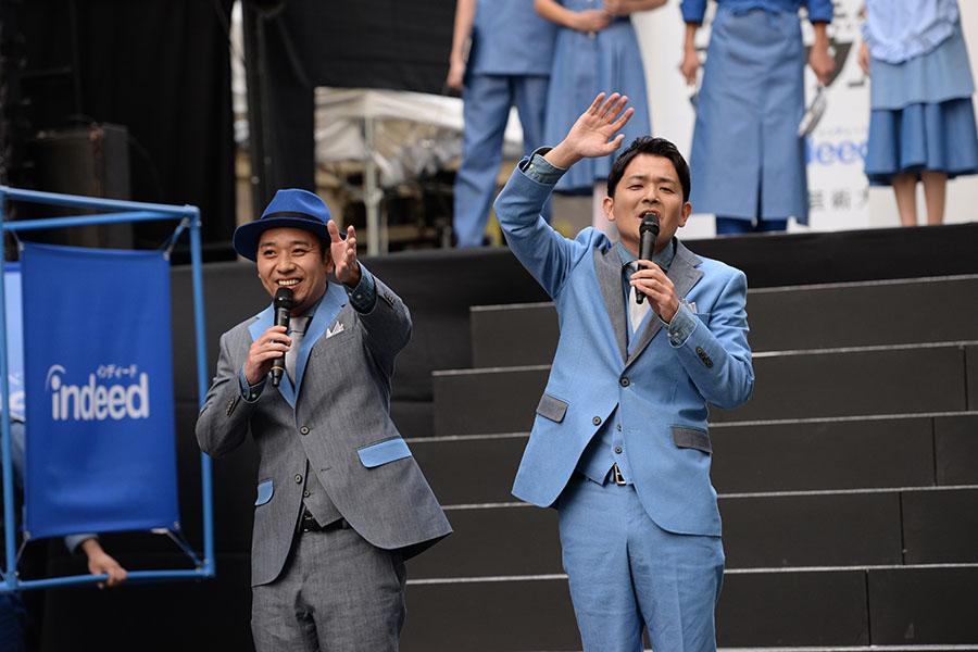 オールデニムのファッションに身を包んだ芸人・千鳥(4日・大阪市内)
