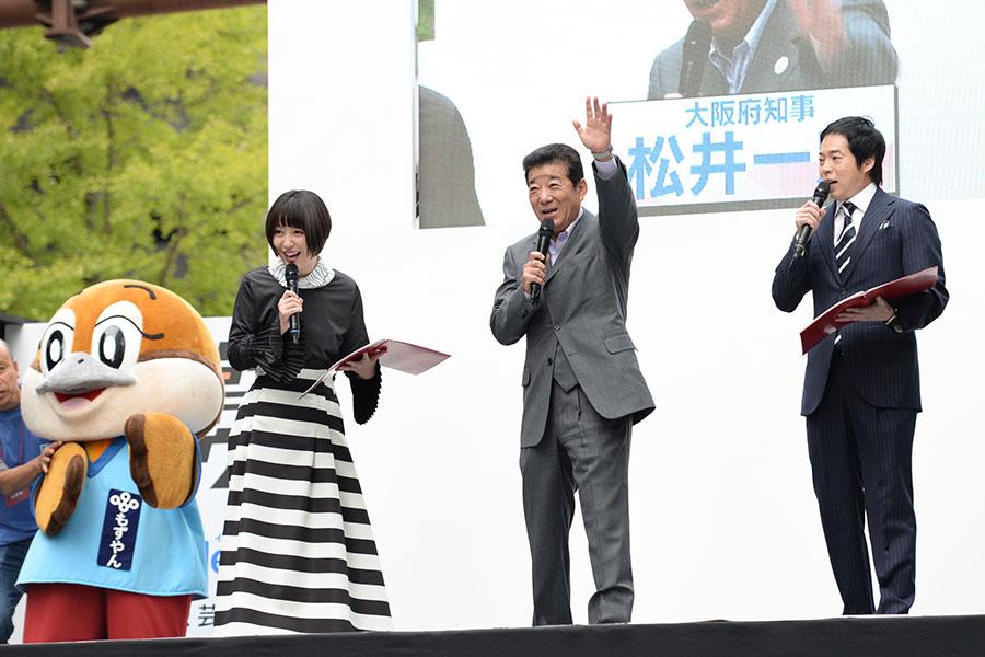 左から、MCの宇都宮まき、松井一郎大阪府知事、MCの今田耕司(4日・大阪市内)