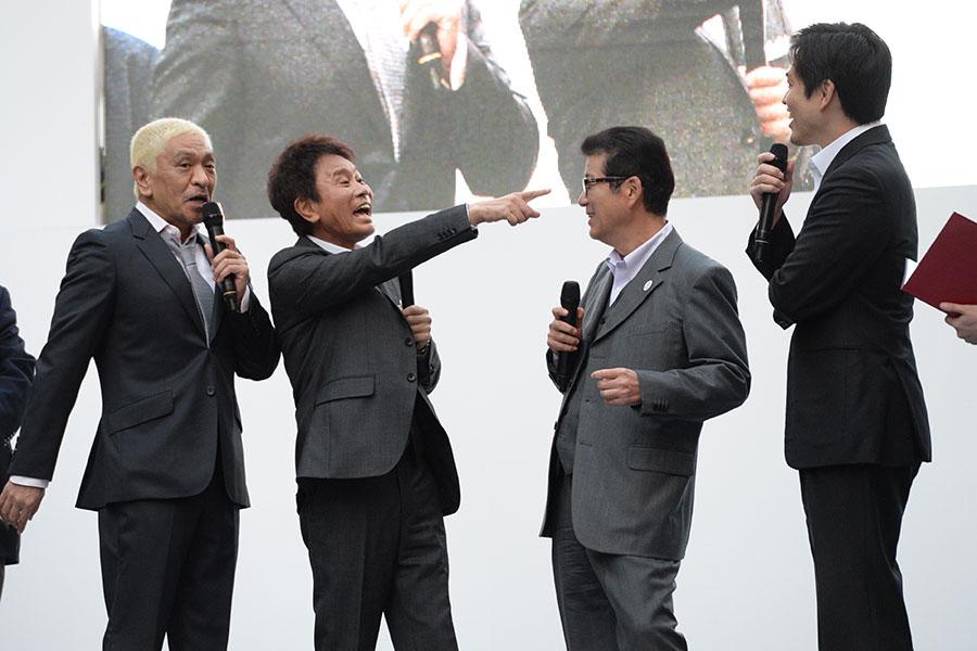 左から、ダウンタウン(松本人志、浜田雅功)、松井一郎大阪府知事、吉村洋文大阪市長(4日・大阪市内)