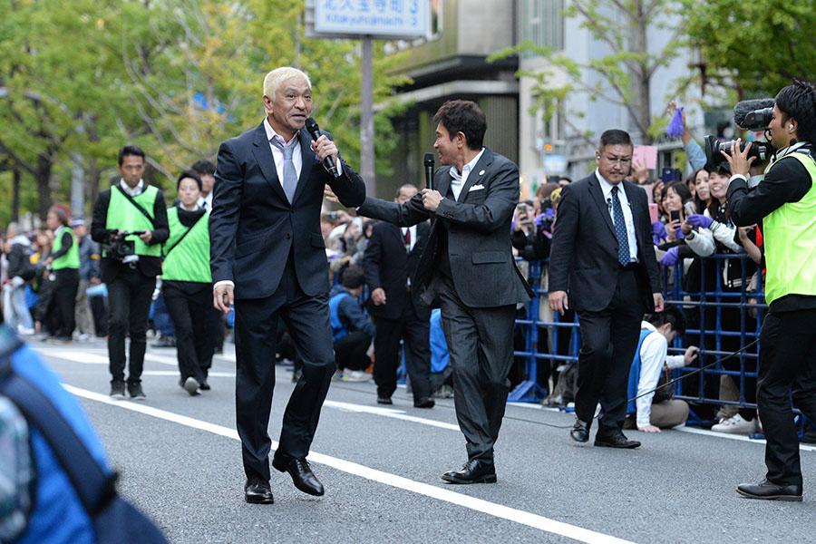 2018年「御堂筋ランウェイ」に登場したダウンタウンの松本人志(左)と浜田雅功(4日・大阪市内)