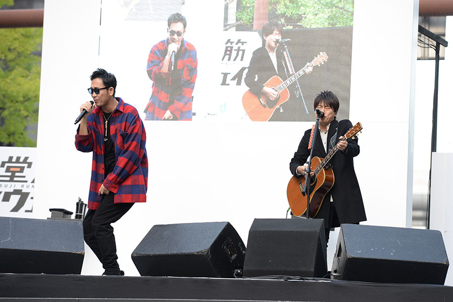 『御堂筋ランウェイ』で路上ライブを繰り広げた人気デュオ・コブクロ(4日・大阪市内)