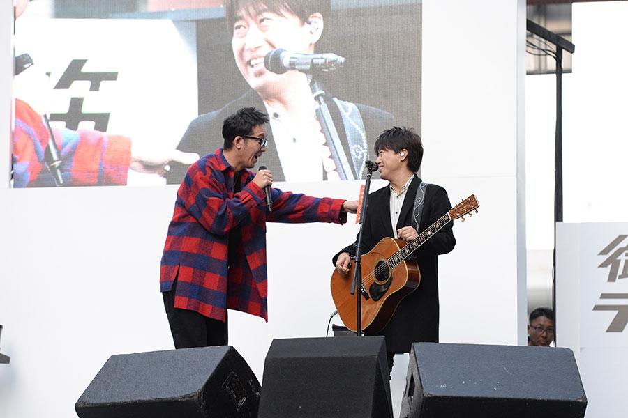 オープニングでは、黒田俊介(左)が小渕健太郎に「緊張してるやん」と声をかける場面も(4日・大阪市内)