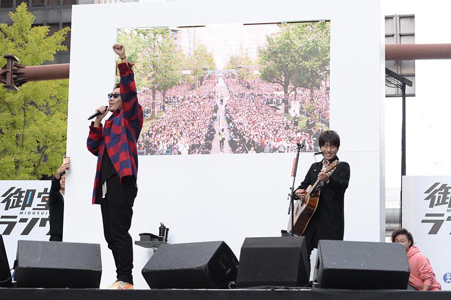 過去最大規模となるストリートライブで6曲を熱唱したコブクロ(4日・大阪市内)