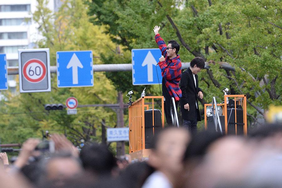 フロートに乗って御堂筋を南下しながら歌う人気デュオ・コブクロ(4日・大阪市内)