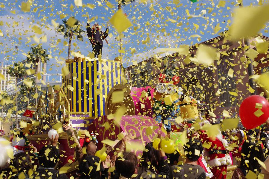 ストリートが一気にミニオンカラーに埋め尽くされるパレード『ミニオン・ハチャメチャ・クリスマス・パーティ』
