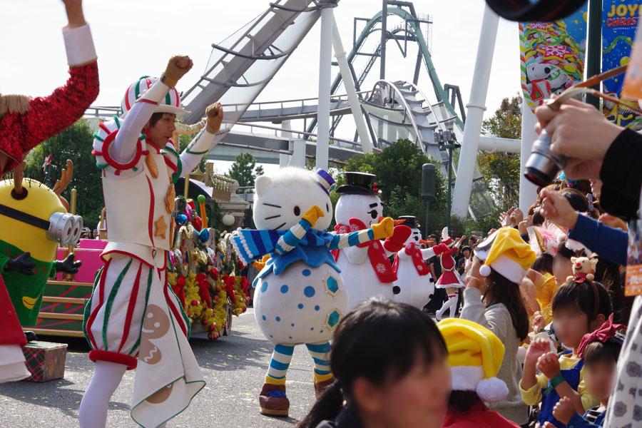 パレードには、ハローキティやピーナッツ、セサミストリートなどUSJのキャラクターらも参加し子どもらと触れ合う