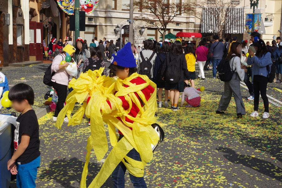 まさに黄色まみれになってはしゃぐ子どもら