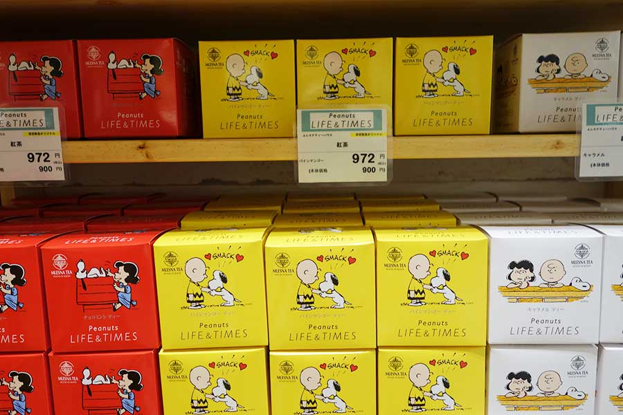 「ムレスナティーハウス」の紅茶とのコラボパッケージ。各972円