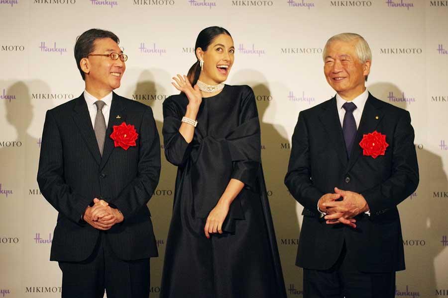 記者会見にて、左から阪急阪神百貨店の代表取締役の荒木直也さん、森泉、ミキモトの代表取締役の吉田均さん