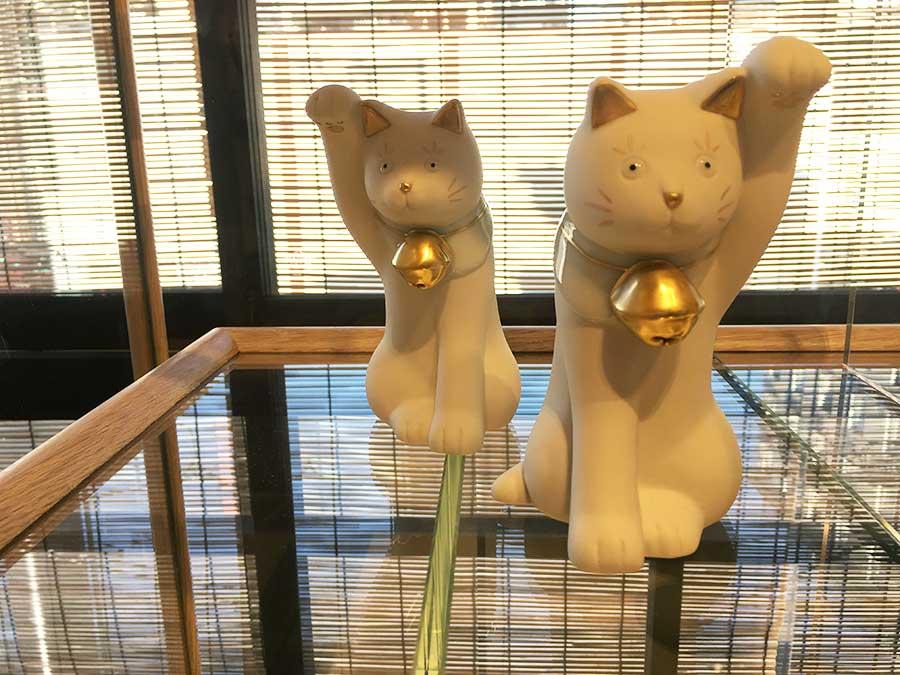 とぼけた顔や無釉のマットな質感が特徴的な石川県・上出長右工門窯のちょうえもん招猫 各8100円